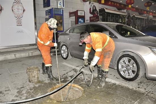 环卫工人寒夜疏通下水道 换来城市清洁