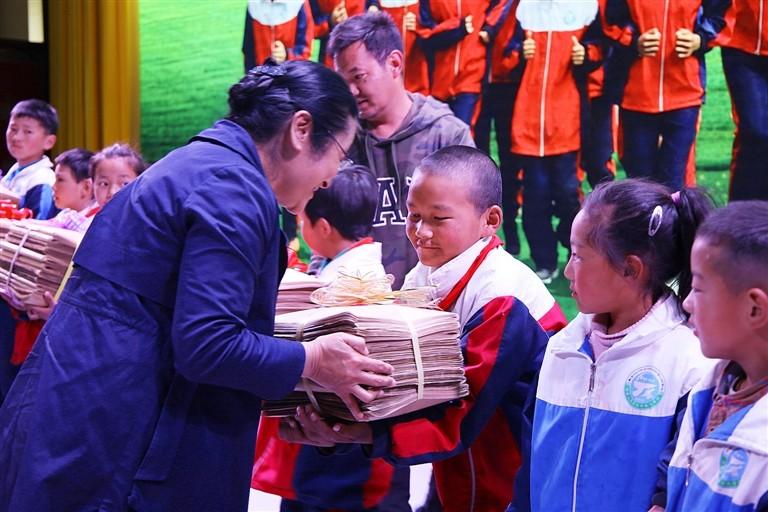 """无障碍电影来啦 西藏拉萨市特校孩子们""""看""""了《狼图腾》"""