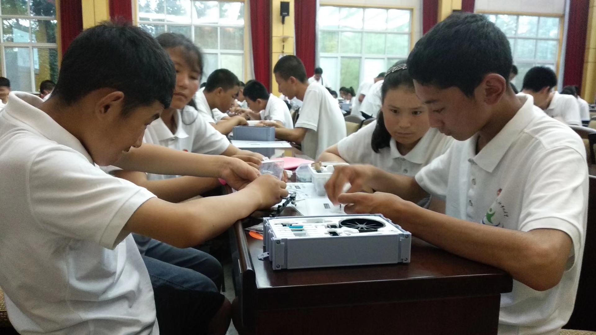 """西藏自治区青少年学生代表参加""""中国青少年科技创新训练营"""""""