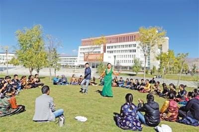西藏大学各民族手足情深 处处盛开民族团结之花