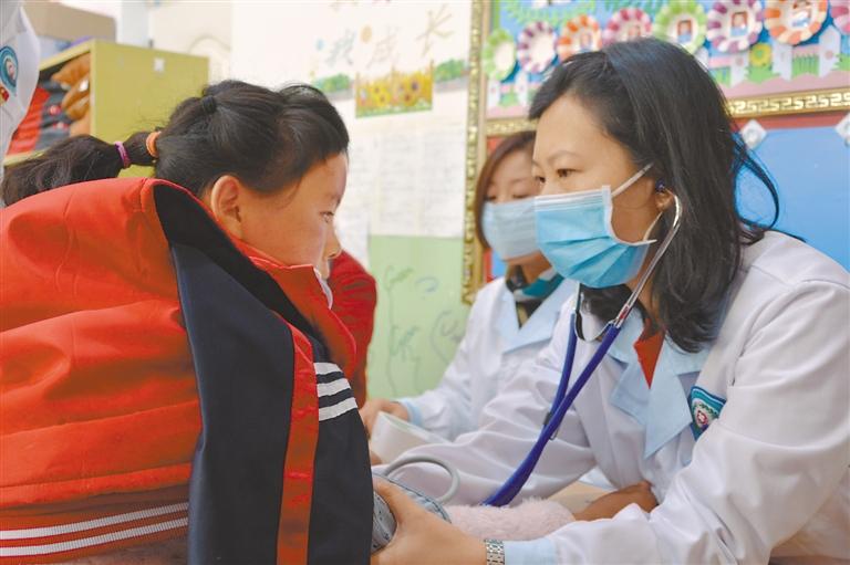 """山东省青岛市援藏团队在西藏日喀则市特殊学校组织""""服务特殊儿童健康义诊"""""""