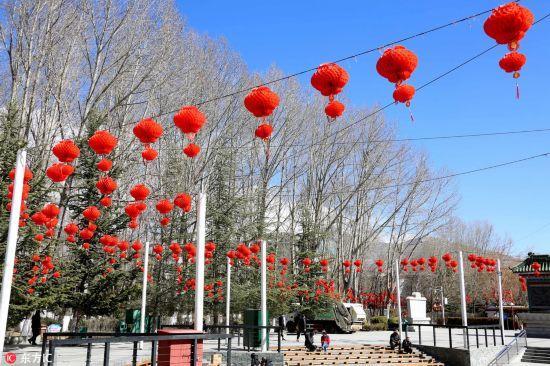 2月10日,古城拉萨宗角禄康公园红彤彤的灯笼高挂,洋溢着浓郁的节日喜庆氛围。