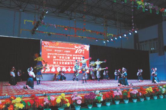 土风歌舞团带来舞蹈《弦子舞》。