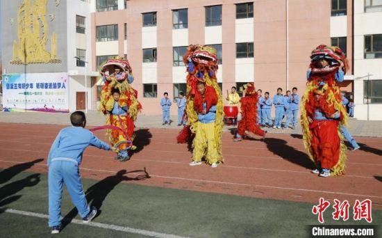 """青海西宁:传统非遗""""飞""""进校园滋润孩子心灵"""