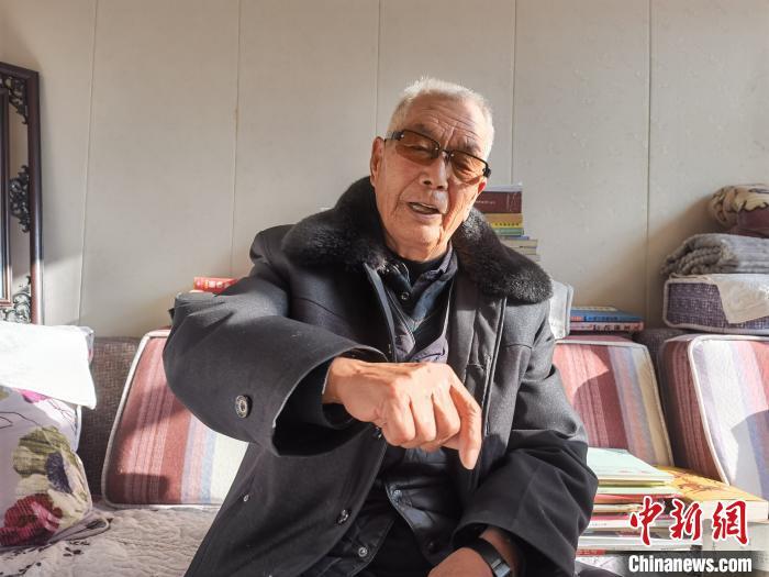 """参观青藏高原的""""医生村"""":耕作和阅读长诗"""