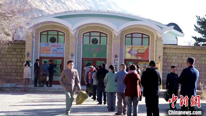 图为1月13日,电影《雪域青春》在西藏自治区邮电局区一招邮电所旧址的拍摄现场。 贡桑拉姆 摄