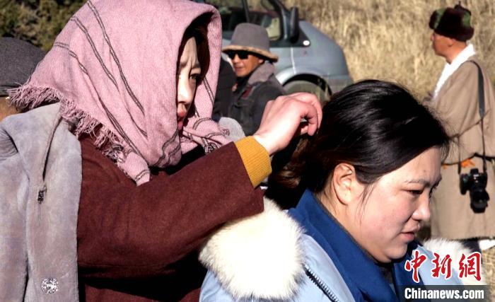 图为1月13日,电影《雪域青春》群众演员做拍摄准备。 贡桑拉姆 摄