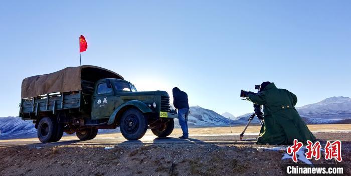 图为电影《雪域青春》在西藏雪山脚下取景拍摄。摄制组供图