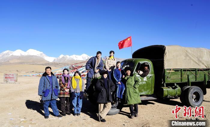 图为电影《雪域青春》主创团队在西藏唐古拉山拍摄点。 摄制组供图 摄