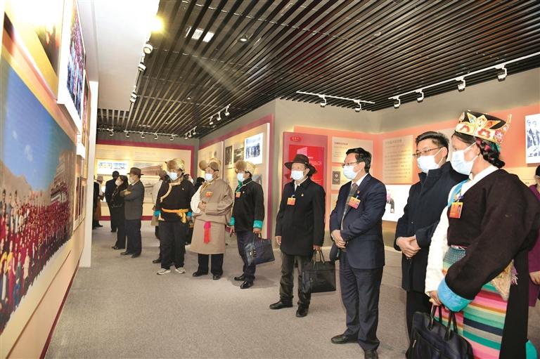 拉萨市人大代表参观藏传佛教活佛转世展览