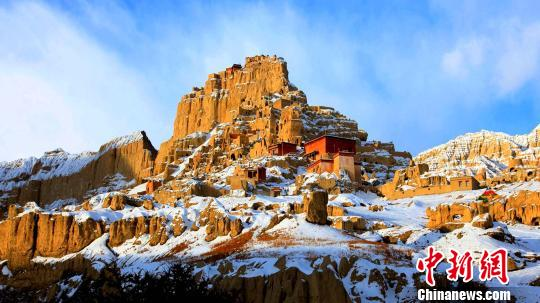 西藏阿里地区独特的自然风光及具有深厚文化底蕴和举世闻名的人文景观,吸引着越来越多的游客走进阿里。2018年,该地区旅游收入首次突破了10亿元大关。资料图:阿里地区闻名于世的古格遗址。阿里地委宣传部供