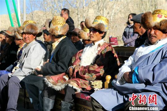 西藏阿里地区独特的自然风光及具有深厚文化底蕴和举世闻名的人文景观,吸引着越来越多的游客走进阿里,旅游业也让当地民众得到越来越多的实惠。资料图:阿里地区札达县民众在扶贫搬迁仪式上。札达县委宣传部供