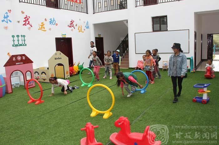 理塘村幼儿园玩耍的小孩