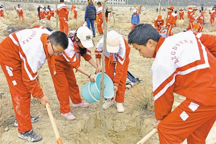 西藏林芝广东实验学校组织学生参加义务植树活动