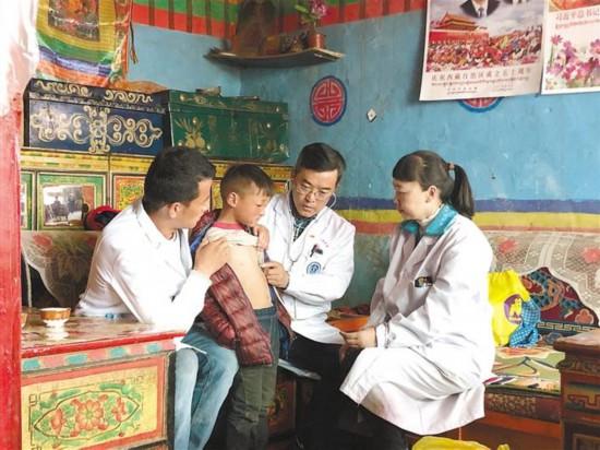 西藏党委政研室驻村工作队协调医疗专家赴新吉乡义诊