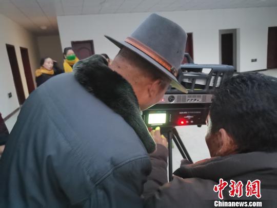 """送电影下乡近4万场藏北草原上有一位""""牦牛电影队""""队长"""