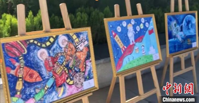 """图为参选""""太空主题创作画优秀作品征集""""活动的西藏青少年画作拽。视频截图"""