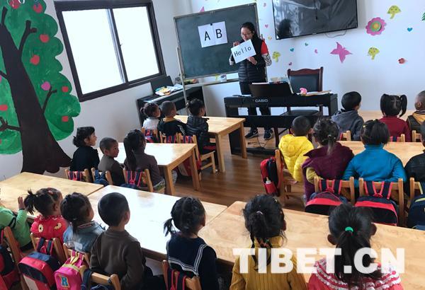 四川理塘村里幼儿园来了个 英语老师 _教育_中