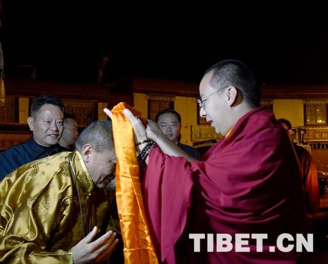 十一世班禅在大昭寺礼佛 祈祷国泰民安