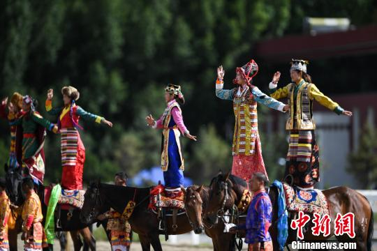 西藏民族传统马术表演庆雪顿