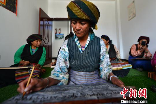 西藏官方:对妇女儿童的发展重视程度不断增强