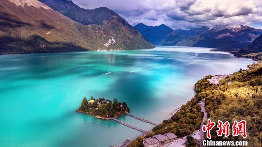 图为西藏唯一的自然风景类国家5a级旅游风景区巴松措(资料图).