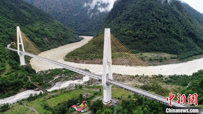 西藏交通、教育、边境发展见证五年变化