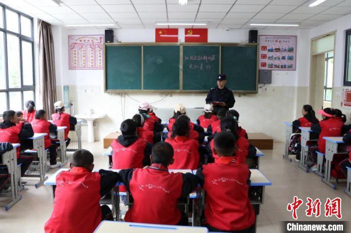 图为民警在边境学校宣传边境政策法规。 亚东出入境边防检查站供图 摄