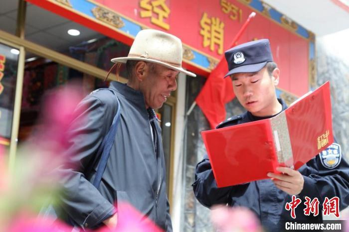 图为民警在边境村庄宣传边境政策法规。 亚东出入境边防检查站供图 摄