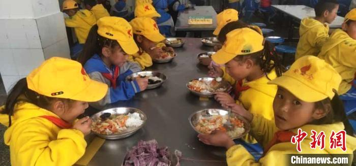"""图为学生享受""""三包""""政策,在学校食堂吃上了免费营养餐。 尼玛江热乡中心小学供图 摄"""