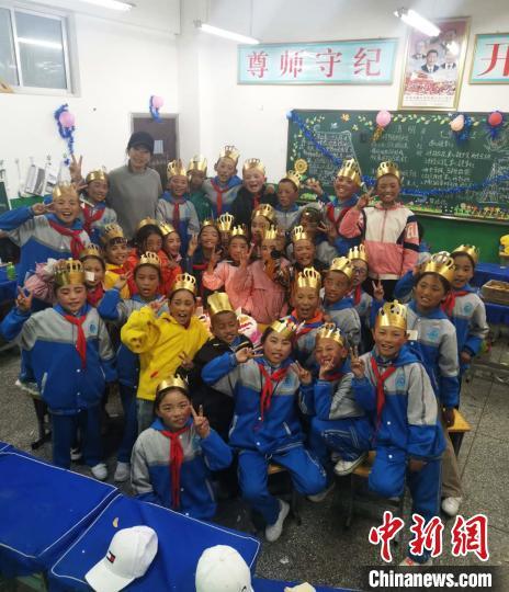 图为学校老师为学生集体庆生。 尼玛江热乡中心小学供图 摄