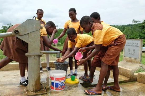 """中国修建的1000口水井 成50万加纳人的""""救命药"""""""
