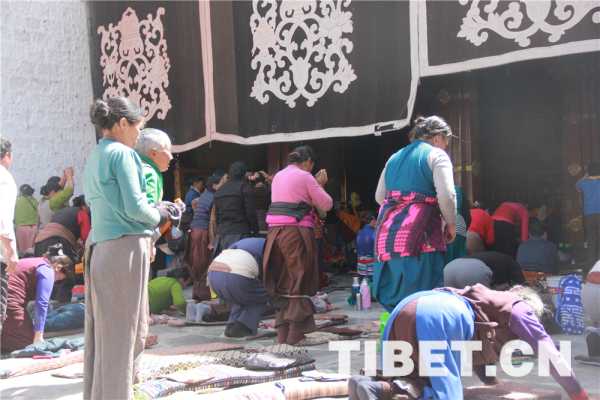 """西藏迎来""""萨嘎达瓦节"""""""