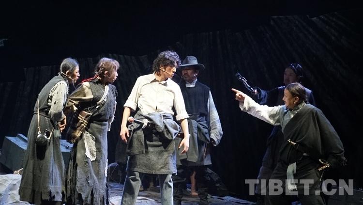话剧《不准出生的人》为拉萨青年学生演出