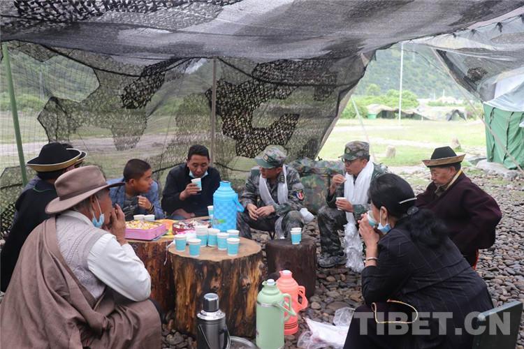 """""""八一""""建军节 西藏林芝百姓走进部队野外驻训营地"""