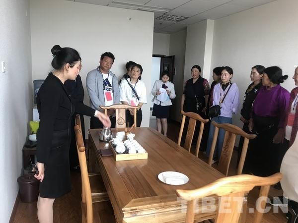 茶艺礼仪、西餐摆台 四川炉霍民宿老板get√新技能