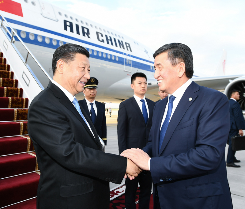 6月12日,國家主席習近平乘專機抵達比什凱克,開始對吉爾吉斯共和國進行國事訪問并出席上海合作組織成員國元首理事會第十九次會議。吉爾吉斯斯坦總統熱恩別科夫在舷梯旁熱情迎接。新華社記者 謝環馳 攝