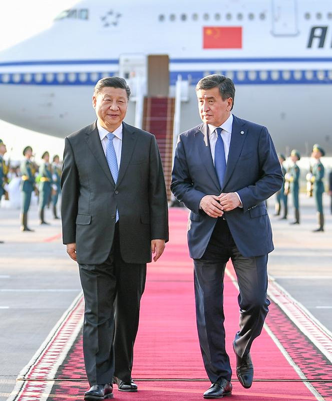 6月12日,國家主席習近平乘專機抵達比什凱克,開始對吉爾吉斯共和國進行國事訪問并出席上海合作組織成員國元首理事會第十九次會議。這是習近平同前來迎接的吉爾吉斯斯坦總統熱恩別科夫親切交談。新華社記者 謝環馳 攝