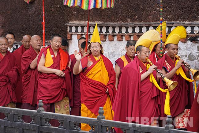 23 图为十一世班禅向在扎什伦布寺参观游玩的游客挥手致意。摄影:王淑.jpg