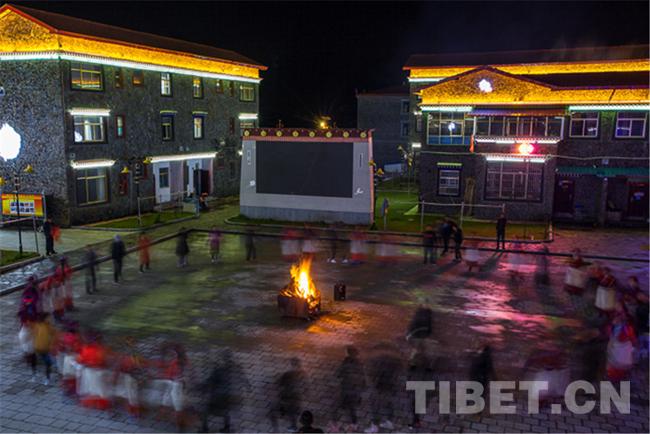 图为麻麻生态文明小康示范村广场上的篝火晚会。