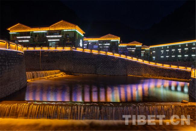 图为麻麻生态文明小康示范村夜景。