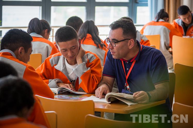 多国嘉宾在西藏拉萨进行考察访问