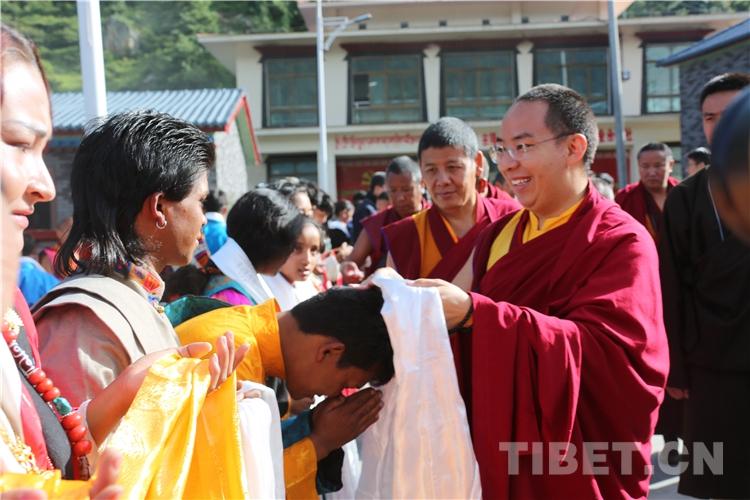 """十一世班禅胸怀苍生亲切看望最新中国公民达曼人:""""你们生在了最好的时代"""""""