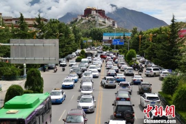 中国西藏网讯 今年是中华人民共和国成立70周年,也是西藏民主改革60周年。在中国共产党的领导下,西藏社会实现了由封建农奴制度向社会主义制度的历史性飞跃,西藏发展实现了由贫穷落后向文明进步的跨越。   经过几十年的建设与发展,西藏经济发展成绩显著,人民幸福,民族团结。特别是近年来中央加大对西藏的政策支持和扶持力度,形成了完备的基础设施、充足的人才储备、强大的外部需求、强有力的基层政府服务体系,奠定了西藏经济向更高阶段发展的基础。    2019年上半年,西藏城乡居民收入增速领跑全国。近年来,当地居民收入