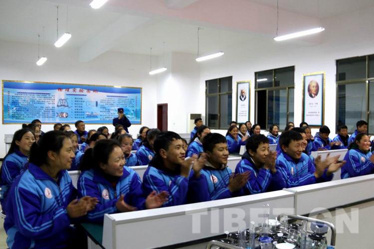 读好书 立长志 西藏昌都森林消防中队为学生捐献图书