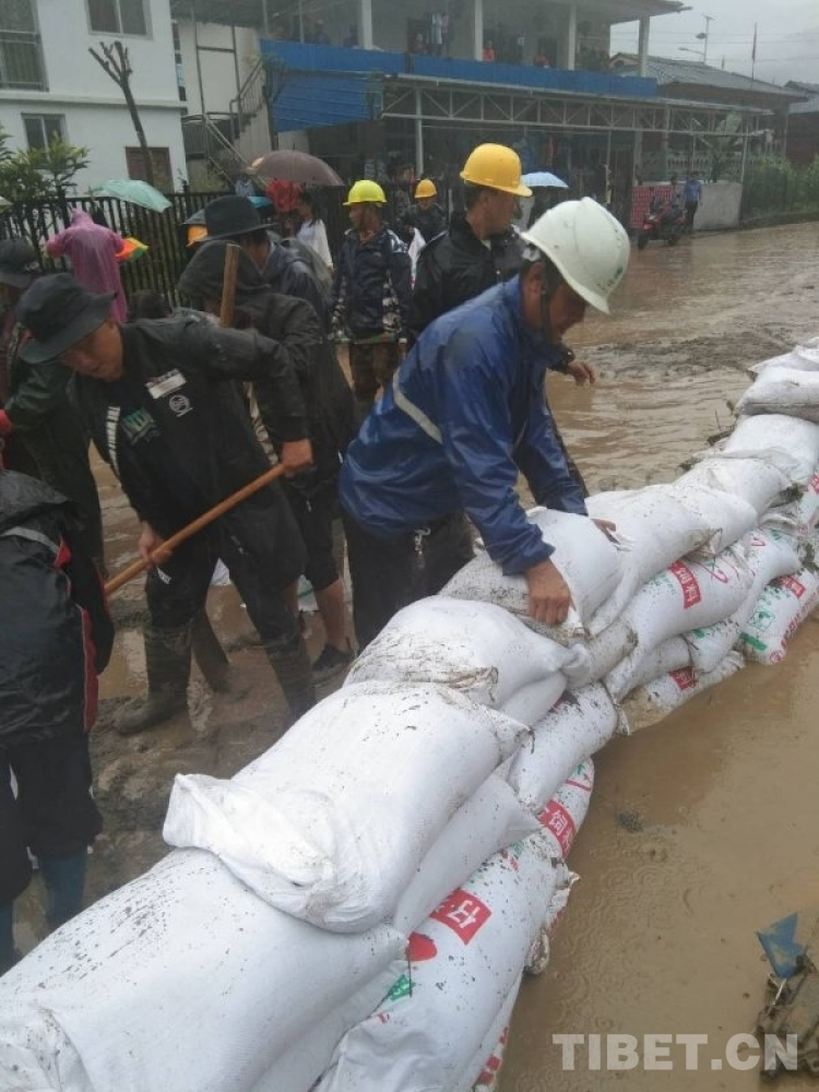电力施工变成抗洪抢险现场