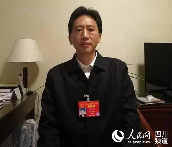 全国人大代表、四川省甘孜州州长肖友才在接受记者采访。(记者陈曦 摄)