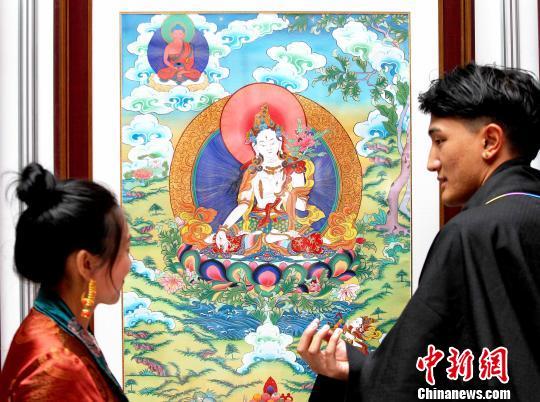 青海高校少数民族毕业生展出唐卡作品致敬母校
