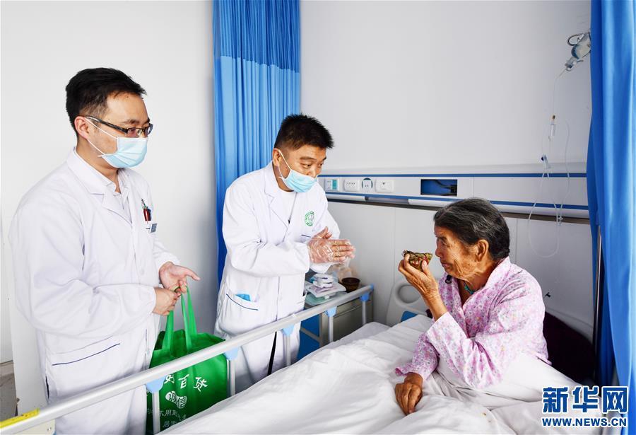 安徽援藏医生献爱心
