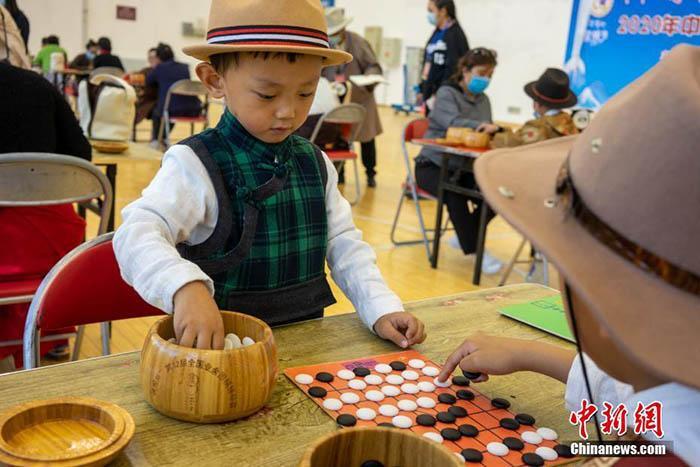藏棋表演成为拉萨雪顿节民众新宠